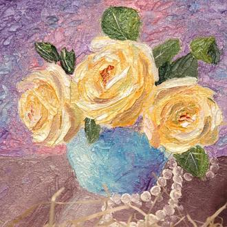 Желтые розы в синей вазе с жемчужными бусами. Объёмная живопись. Мастихин. Картина маслом 20х20 см