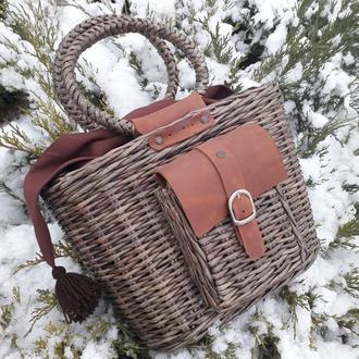 Плетеная сумка с кожаной отделкой.