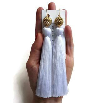 Длинные белые серьги-кисточки с золотом