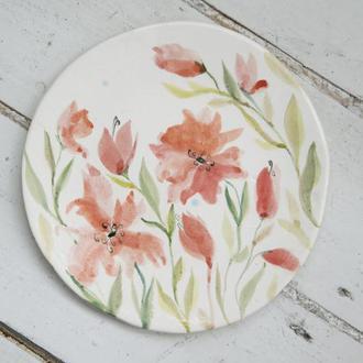 Фарфоровая тарелка с цветами