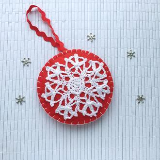 Новорічний декор з фетру та в*язаної сніжинки