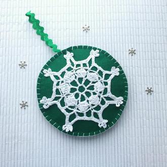 Новорічний декор у вигляді шару з фетру та в*язаної сніжинки