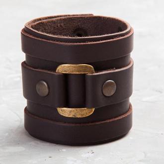 Коричневий широкий шкіряний браслет з квадратної фурнітурою код 3163