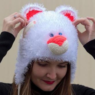 Яркая вязаная шапка-мишка из пушистой пряжи белого цвета Зимняя шапка