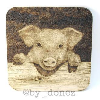 """Костер (подставка под чашки/кружки/бокалы/стаканы) """"Свинья"""", выжигание, пирография по дереву"""