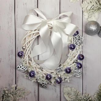Рождественский венок с белым бантом