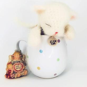Белый котенок  (вязаная игрушка, схожая по технике на валяные изделия)