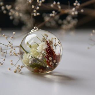 Кулон из эпоксидной смолы с живыми цветами
