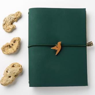 Темно-зеленый крафтовый блокнот с птичкой