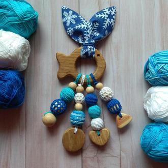Натуральный деревянный грызунок прорезыватель Эко вязаный подарок малышу игрушка