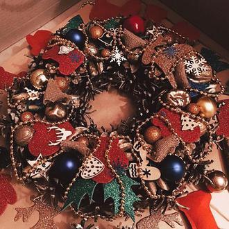 Рождественский новогодний венок на дверь из шишек