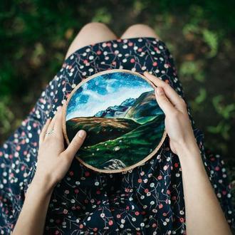 """Живопись на срезе дерева """"Звездная ночь в горах""""."""