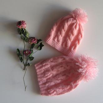 Теплые вязаные шапки с помпонами для мамы и дочки. Комплект