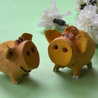 Две свинки фигурки