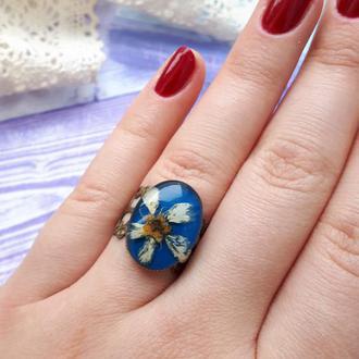 Кольцо с цветком в смоле