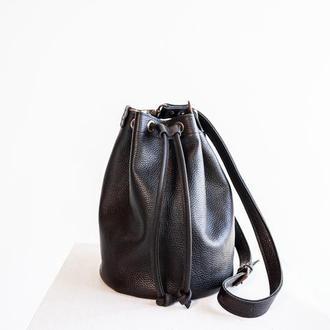 Женская кожаная сумка-мешок черного цвета