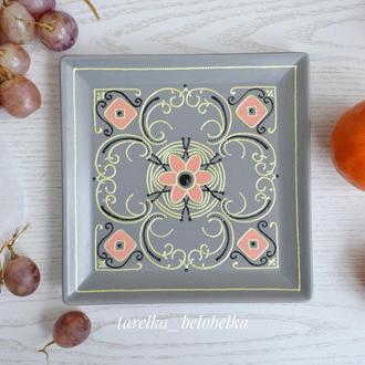 Декоративная тарелка квадратная