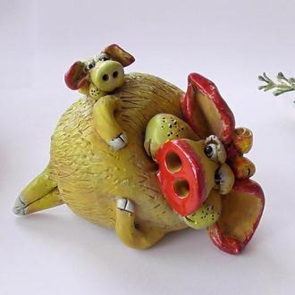 Свинья Cтатуэтка свинка на отдыхе