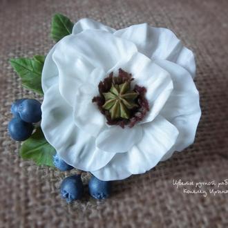 Брошь Мак необычные белый с ягодами черники ручной работы из глины, холодный фарфор