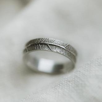 Тонкое кольцо с отпечатком листа
