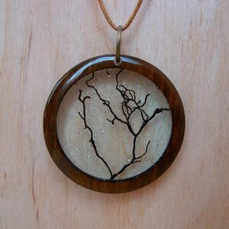 Деревянный кулон с деревом внутри