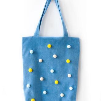 Голубая текстильная сумка с помпонами