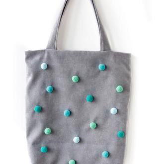 Серая текстильная сумка с помпонами