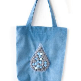 Голубая текстильная сумка с декором из помпонов