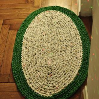 Вязаный коврик из трикотажной и ленточной пряжи