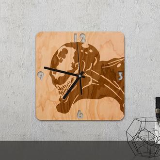 Настенные часы из древесины «Alien patch»