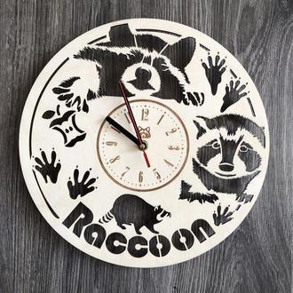 Часы из натурального дерева настенные «Забавный енот»