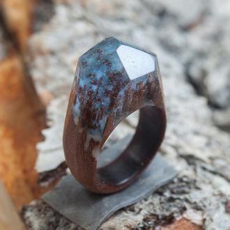 Кольцо из экзотического дерева и смолы со светящимся в темноте порошком