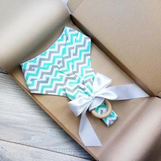 Подарочный набор для ребенка 0-3года - слюнявчик и грызунок