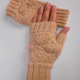Вязаные митенки - перчатки без пальцев с вышивкой