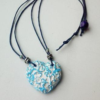 Керамическая подвеска на шею в виде сердца бело-голубого цвета.