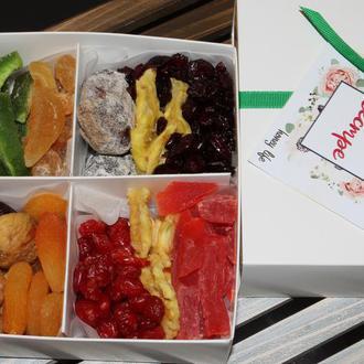 Подарочная коробка полезных сладостей