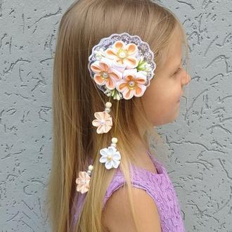 Нарядная персиковая заколка с цветами канзаши Украшение для волос Подарок девочке на день рождение