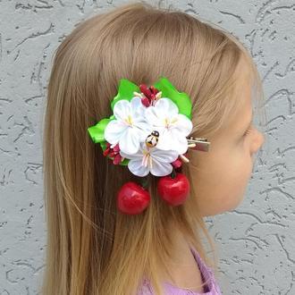 Летняя заколка с белыми цветами канзаши и ягодами Украшение для волос девочке на фотосессию Подарок