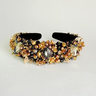 Ободок-корона для волос с камнями и хрустальными бусинами.