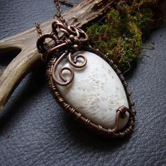 Кулон медный с натуральным камнем  // коралловая окаменелость //белая хризантема //wire wrap техника