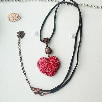 Украшение на шею, керамический красный кулон в виде сердца на замшевом шнуре