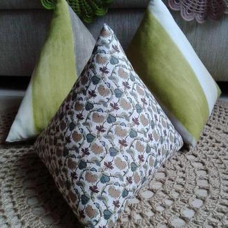 Подушка-пирамидка для декора интерьера
