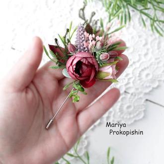 Брошка на довгій шпильці з квітами.