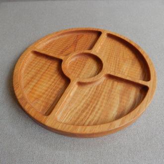 Тарелка менажница на четыре секции с выемкой под соус. Кухонные доски из дерева. Доски для подачи.
