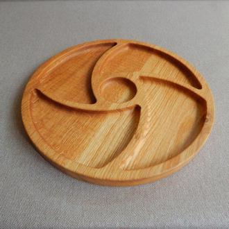 Тарелка менажница на четыре секции и выемкой под соус. Кухонные доски   из дерева. Доски для подачи.