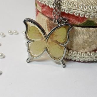 Кулон бабочка с лепестками дельфиниума в ювелирной смоле.