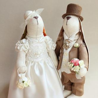 Свадебная пара зайцев цвета молока и корицы
