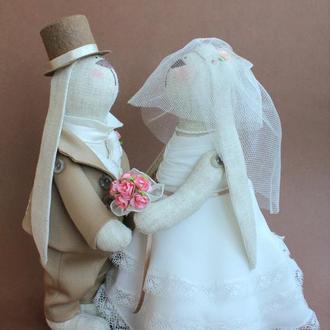 Свадебная пара зайцев в молочно-бежевом цвете