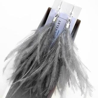 Длинные серые серьги с перьями страуса
