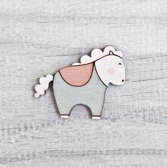 Брошь деревянная лошадка, Голубая лошадка с розовым седлом, Подарок на День святого Валентина